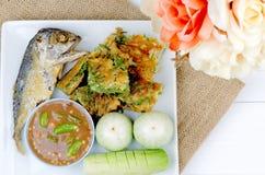 一个油煎的鲭鱼用煎蛋、新鲜蔬菜和辣调味汁 免版税库存照片