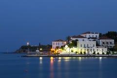 一个沿海城市的晚上视图在希腊 图库摄影