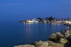 一个沿海城市的晚上视图在希腊 免版税图库摄影