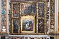 一个法坛的特写镜头视图在以玛丹娜为特色的马泰拉大教堂里保佑孩子 免版税图库摄影