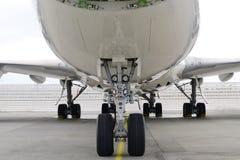一个波音747飞机头有它的轮子和鼻子的 库存图片