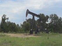 一个泵浦工作油好的井架在Quitman东部得克萨斯 影视素材