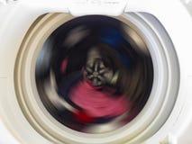 一个洗衣机鼓的顶视图在转动期间的穿衣 免版税库存照片