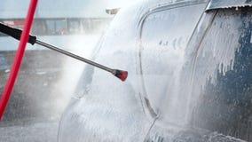 一个洗车过程的慢动作录影在自助洗车的 水喷气机与高压的洗涤  股票视频