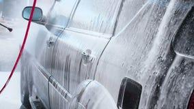 一个洗车过程的慢动作录影在自助洗车的 水喷气机与高压的洗涤  股票录像