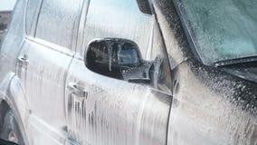 一个洗车过程的慢动作录影在自助洗车的 水喷气机与高压的洗涤  影视素材