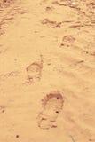 一个流浪汉的脚印黄沙的 免版税库存照片