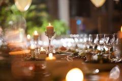 一个浪漫晚上在餐馆,蜡烛装饰集合桌 库存照片