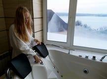 一个浴盆的美女 极可意浴缸在旅馆里,从窗口的全景在卫生间里 免版税库存照片