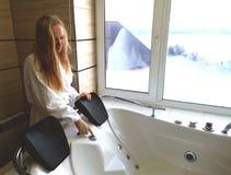 一个浴盆的美女 极可意浴缸在旅馆里,从窗口的全景在卫生间里 免版税图库摄影