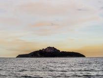 一个海岛在晚上 免版税图库摄影