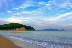 一个海岛在离海岸的附近 免版税库存照片