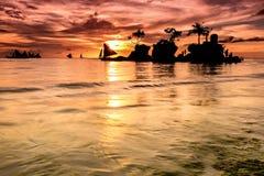 一个海岛的剪影在海洋 免版税图库摄影