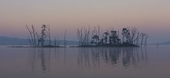 一个海岛的黑暗和阴沉的风景湖的 免版税图库摄影