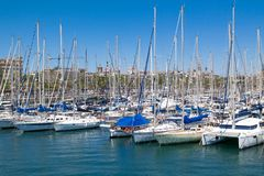一个海洋口岸与许多美丽的被停泊的游艇的Vell巴塞罗那的看法 巴塞罗那,西班牙- 2016年5月2日 免版税库存照片