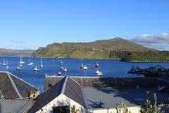 一个海湾的看法在Portree苏格兰 免版税库存照片