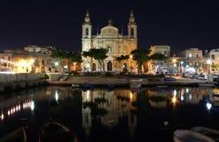 一个海湾的老大教堂在早期的晚上 库存图片