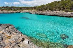 一个海湾的绿松石水在Mondragà ³自然公园, Mallorc 免版税库存图片