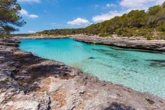 一个海湾的绿松石水在Mondragà ³自然公园, Mallorc 免版税图库摄影