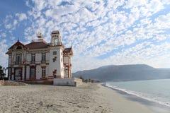 一个海滩前的大厦位于在沿海城市Mejillones 库存照片
