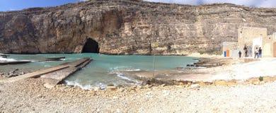 一个海滩概要在圣洛伦佐,马耳他 免版税库存图片