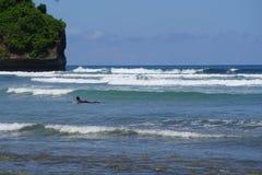 一个海滩的冲浪者在巴厘岛印度尼西亚 免版税库存图片