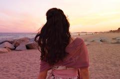 一个海滩的女孩在婚礼以后 免版税库存图片