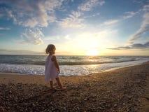 一个海滩的小女孩在海附近 免版税图库摄影