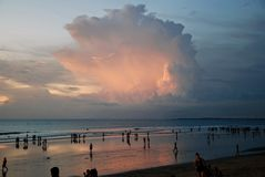 一个海滩的日落在巴厘岛,印度尼西亚 免版税库存图片