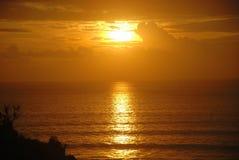 一个海滩的日落视图在巴厘岛,印度尼西亚 图库摄影