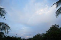 一个海滩的日落视图在巴厘岛,印度尼西亚 免版税库存图片