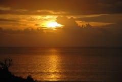 一个海滩的日落视图在巴厘岛,印度尼西亚 免版税图库摄影