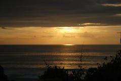 一个海滩的日落视图在巴厘岛,印度尼西亚 免版税库存照片