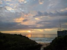 一个海滩的日落视图在巴厘岛,印度尼西亚 库存照片