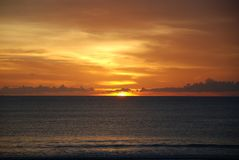 一个海滩的日落视图在巴厘岛,印度尼西亚 库存图片