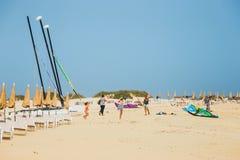 一个海滩的未知的人在Corralejo,费埃特文图拉岛,加那利群岛,西班牙 免版税库存照片