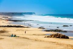 一个海滩的未知的人在El Cotillo村庄在费埃特文图拉岛海岛,西班牙 免版税图库摄影