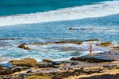 一个海滩的未知的人在El Cotillo村庄在费埃特文图拉岛海岛,西班牙 库存照片