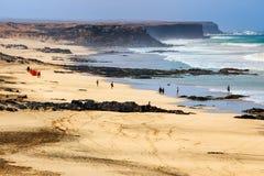 一个海滩的未知的人在El Cotillo村庄在费埃特文图拉岛海岛,西班牙 免版税库存照片