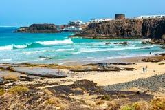 一个海滩的未知的人在El Cotillo村庄在费埃特文图拉岛海岛,西班牙 图库摄影