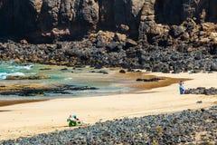 一个海滩的未知的人在El Cotillo村庄在费埃特文图拉岛海岛,西班牙 库存图片