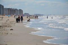 一个海滩的人们在Oostende,比利时 库存图片