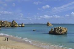 一个海滩的场面在阿尔加威,葡萄牙的 库存图片
