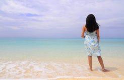 一个海滩的夫人与蓝色海洋天际 免版税库存图片