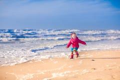 一个海滩的小女孩在冬天 免版税库存图片