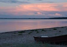 一个海滩的晚上视图在Middelfart,丹麦附近的 免版税图库摄影