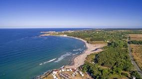 一个海滩的看法在黑海海岸的从上面 免版税库存照片