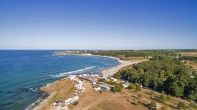 一个海滩的看法在黑海海岸的从上面 免版税库存图片