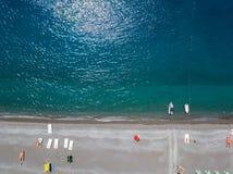 一个海滩的鸟瞰图与独木舟、小船和伞的 普拉伊阿阿马雷,科森札省,卡拉布里亚,意大利 图库摄影