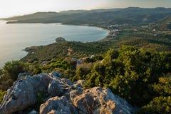 一个海滩的鸟瞰图在小希腊村庄Toroni的日落的在Sithonia 库存图片